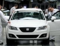 Varios operarios de la factoría automovilística Seat trabajan en la cadena de montaje. EFE/