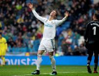 El delantero portugués del Real Madrid, Cristiano Ronaldo,se lamenta de una acción durante el partido de liga que el conjunto merengue disputó esta tarde contra el Villarreal en el estadio Santiago Bernabeu. A la derecha, el guardameta del Villarreal, Se