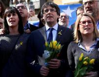 Puigdemont, con la portavoz de JxCat, Elsa Artadi,tras una rueda de prensa en Berlín. / EFE / OMER MESSINGER