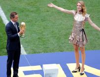 El exfutbolista alemán Philipp Lahm (i) y la modelo rusa Natalia Vodianova (d) portan el trofeo del Mundial antes del partido Francia-Croacia, final del Mundial de Fútbol de Rusia 2018, en el Estadio Luzhnikí de Moscú, Rusia, hoy 15 de julio de 2018. EFE/