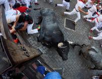 Los toros de la ganadería sevillana de Miura aplastan a varios mozos contra la valla del tramo de Telefónica durante el octavo y último encierro de los Sanfermines 2018 ( EFE/Daniel Fernández)