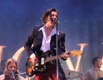 El compositor y cantante de la banda británica 'Arctic Monkeys', Alex Turner, durante el concierto del festival Mad Cool ofrecido esta noche en el parque de Valdebebas, en Madrid. EFE/Víctor Lerena