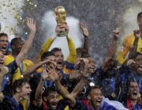 Los jugadores franceses alzan al cielo de Moscú el trofeo de Campeones del Mundo (EFE)
