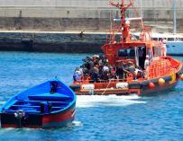 Salvamento Marítimo llega al puerto de Tarifa (Cádiz) tras rescatar a setenta inmigrantes en aguas del estrecho de Gibraltar cuando viajaban en la patera que llevan remolcada. EFE/A.Carrasco Ragel