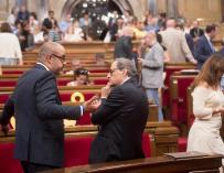 Torra y el conseller de Interior, Miquel Buch, mientras esperan el incio del Pleno.