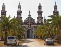 Una estatua de Franco corona la fachada de la iglesia de El Palmar de Troya