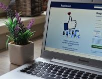 Fotografía de un ordenador utilizando Facebook.