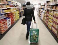En la imagen, una clienta de Mercadona en un supermercado. EFE