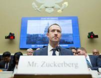 """Zuckerberg testifica ante el Comité del Congreso sobre Energía y Comercio sobre """"Transparencia y el uso de información del usuario"""", en el Capitolio de Washington DC (EFE)"""