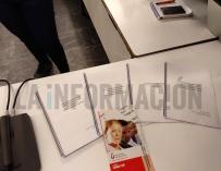 Fotografía de los papeles que ha mostrado Pablo Casado para defender su máster.