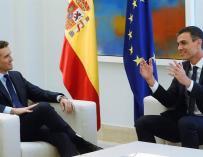 Pablo Casado y Pedro Sánchez primer encuentro.