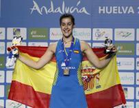La española Carolina Marín recibe la medalla de oro tras vencer a la rusa Evgeniya Kosetskaya en el partido de individual femenino en la final del campeonato Europeo de Bádminton celebrado en Huelva. EFE/Jose Manuel Vidal.