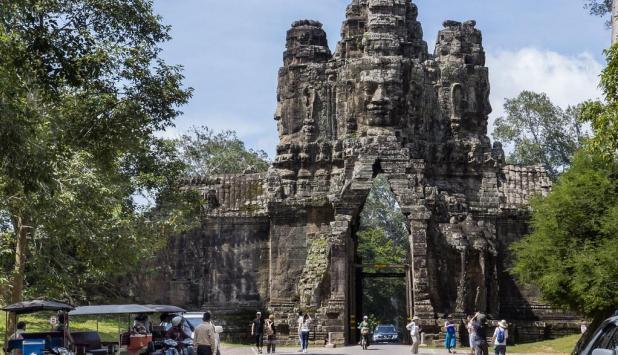 Fotografía de la puerta de entrada a la ciudad real de Angkor Thom, Camboya.