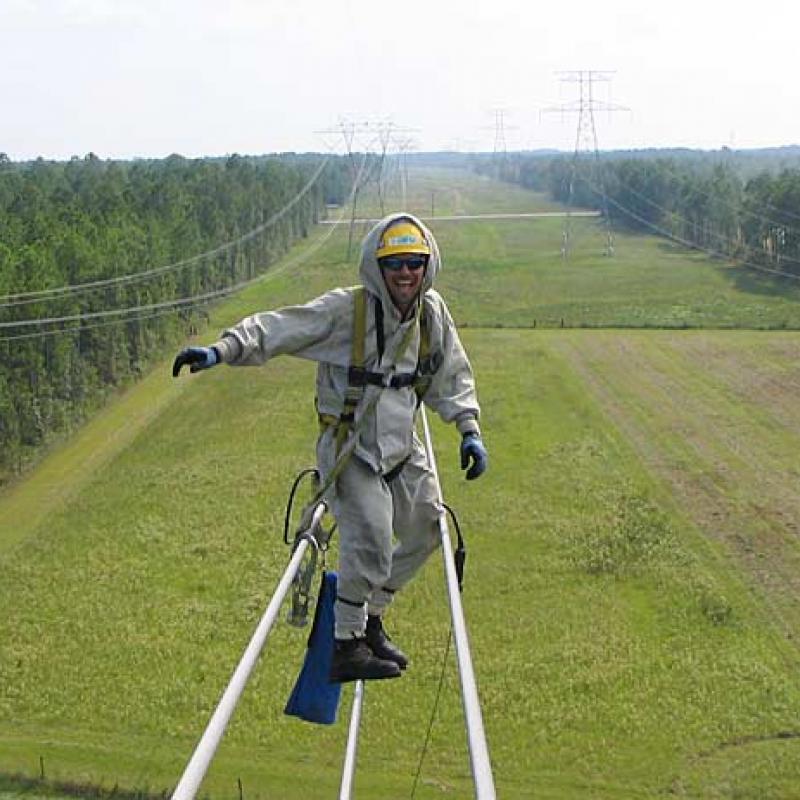 Entrevista con el hombre que vuela sobre las l neas for Subida de tension electrica