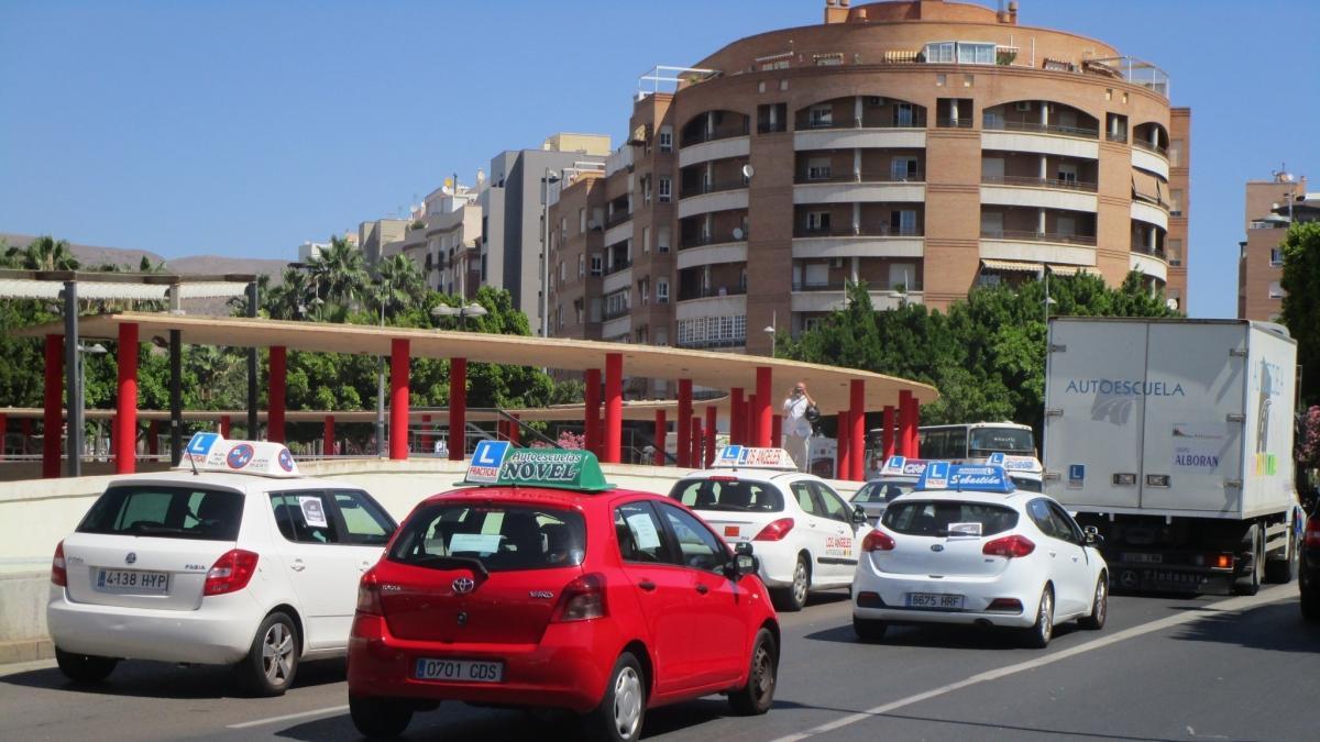 Las autoescuelas se manifiestan para exigir al gobierno - Jefatura provincial de trafico madrid ...