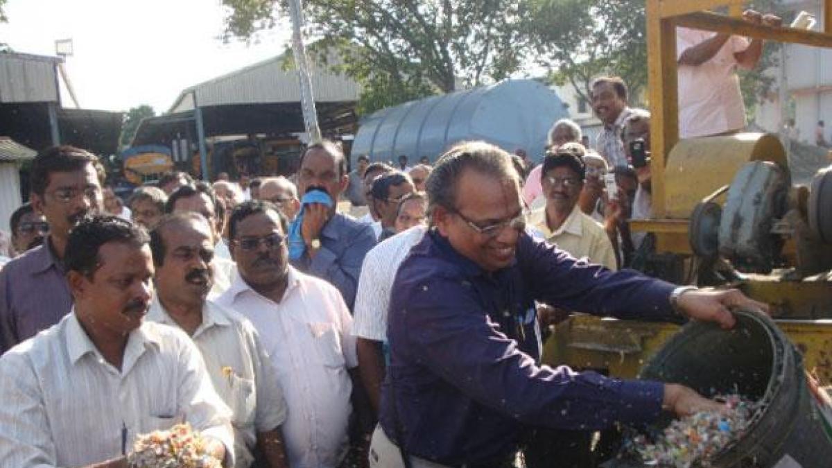 Un químico indio encuentra la mejor forma de reciclar plástico y construye 20.000 km de carreteras