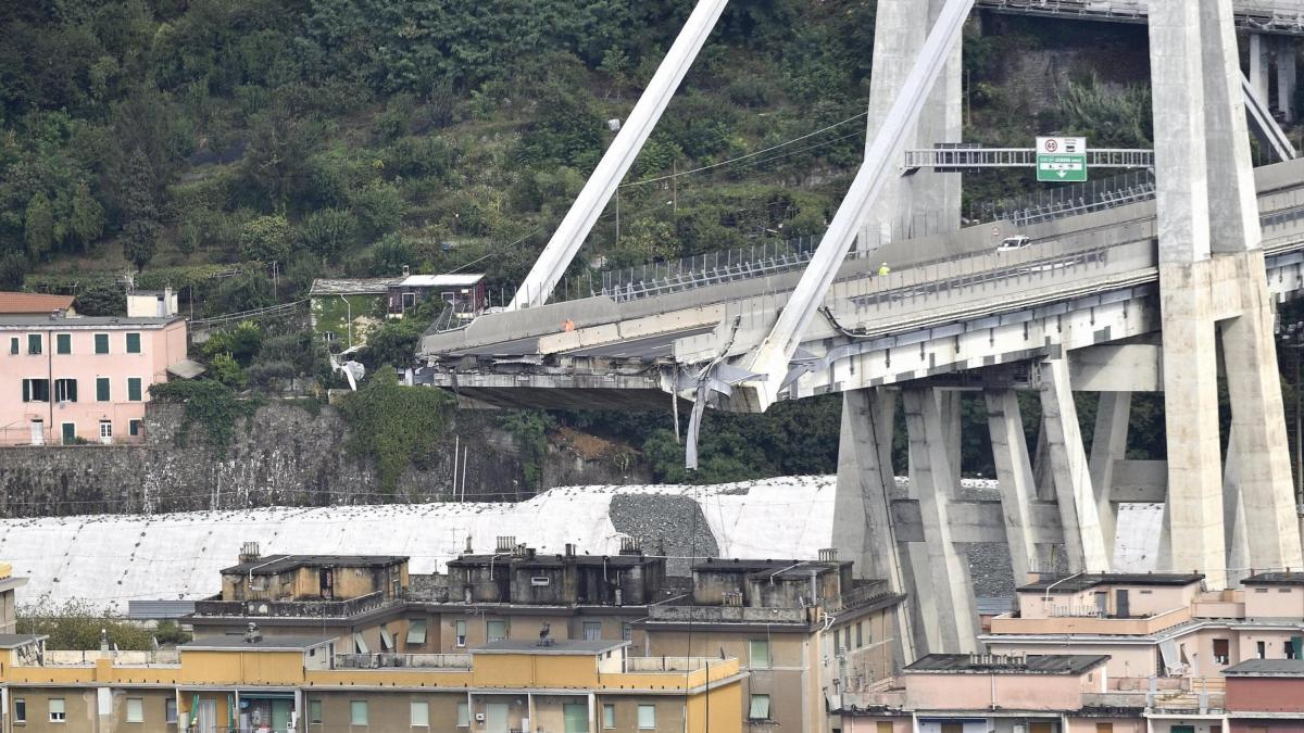 Un viaducto atravesado por una autopista se desploma en Génova
