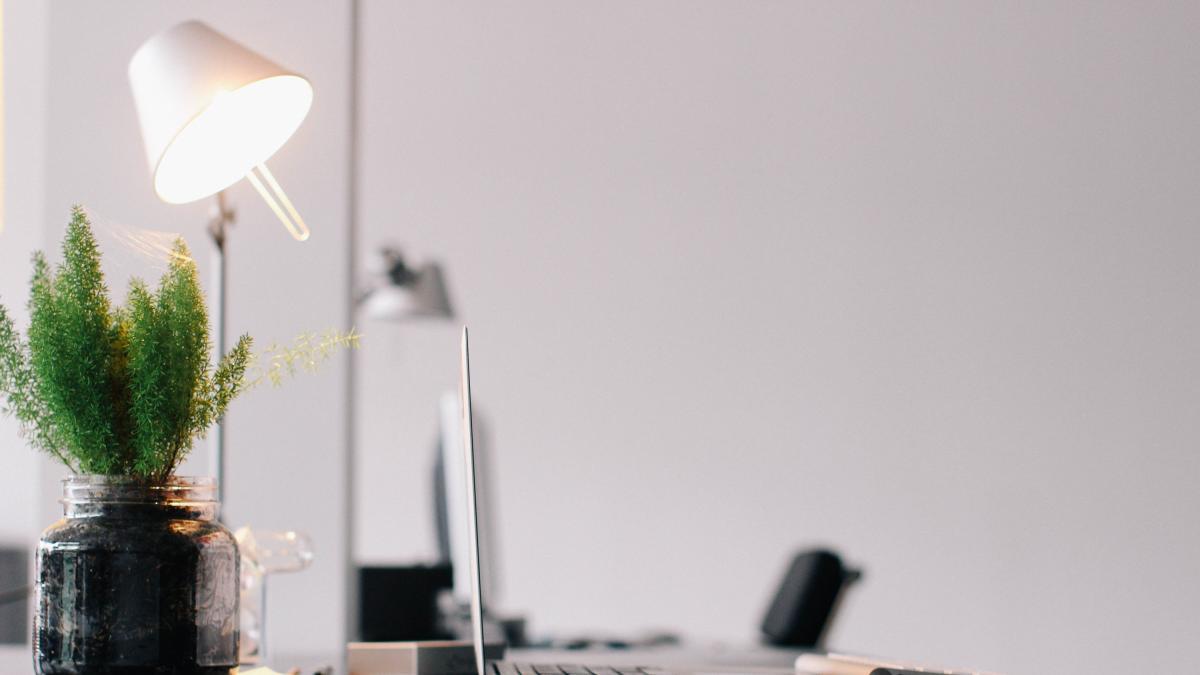 Por qué debes ordenar regularmente tu escritorio (y cómo organizarlo mejor)