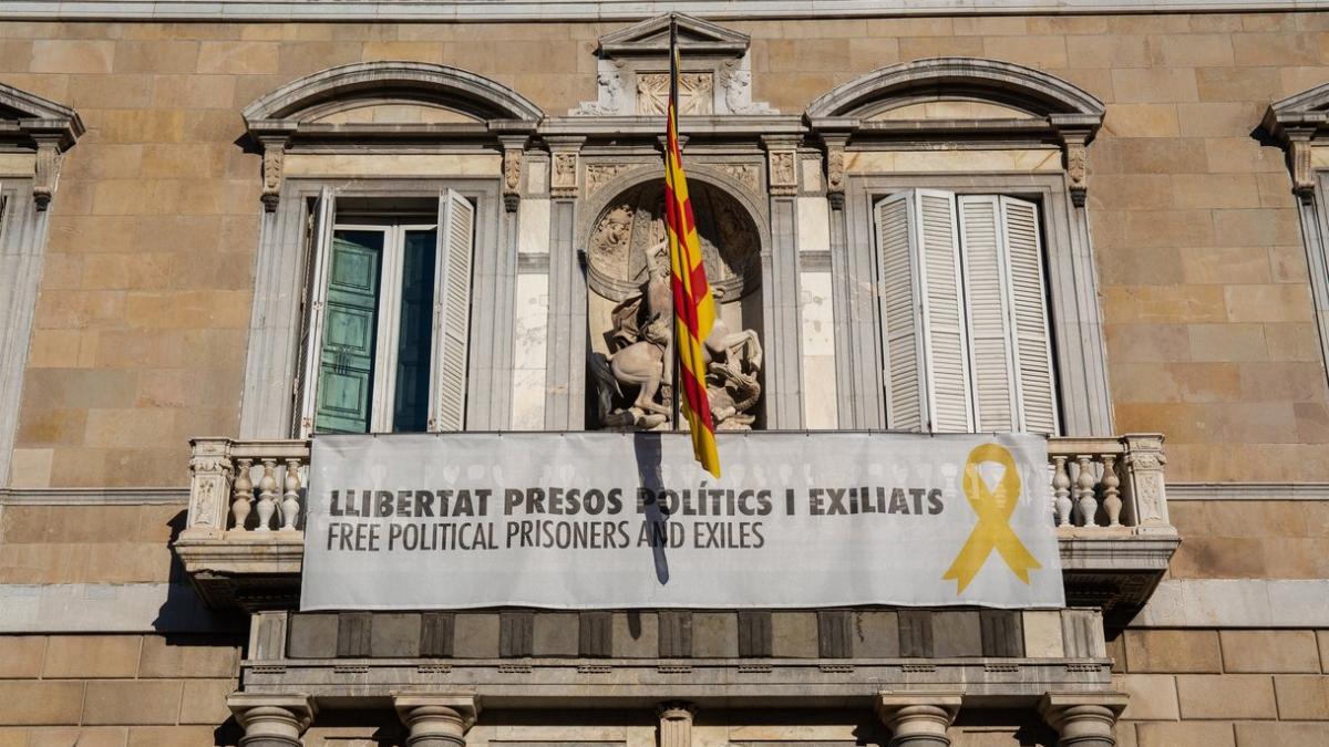 """Torra Vuelve A Colgar La Pancarta De Los """"presos Políticos"""