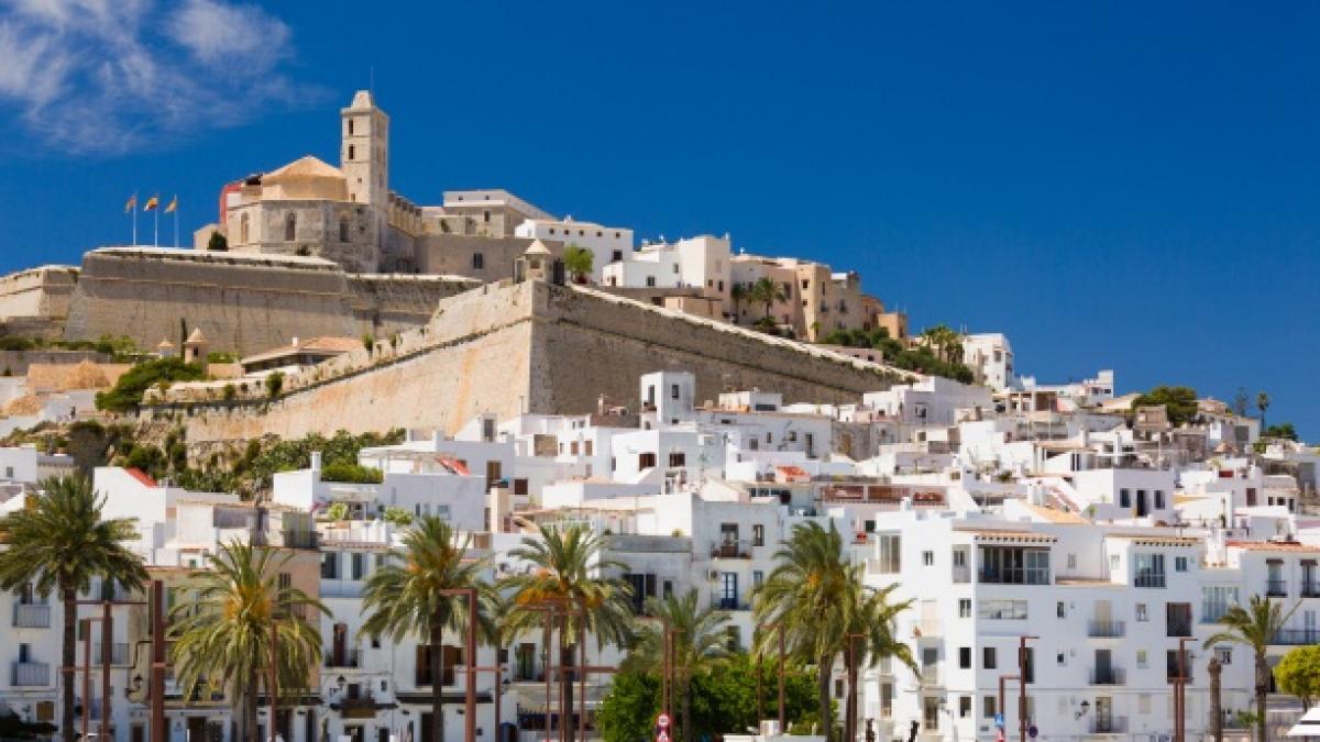 La locura del alquiler en Ibiza: 4.500 euros por un colchón en una furgoneta