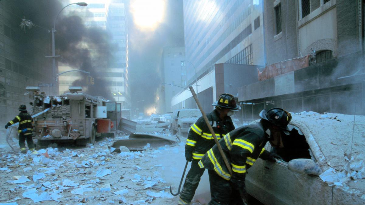 El polvo, el humo y los productos tóxicos provocaron la muerte de cientos de personas de los equipos de rescate.