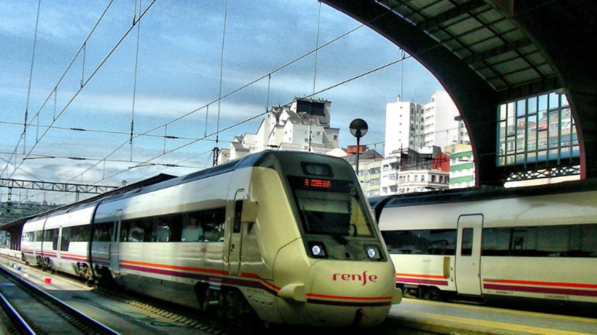 Odisea en el Renfe Madrid-Galicia: viaje de 12 horas, cortes de luz y sin comida